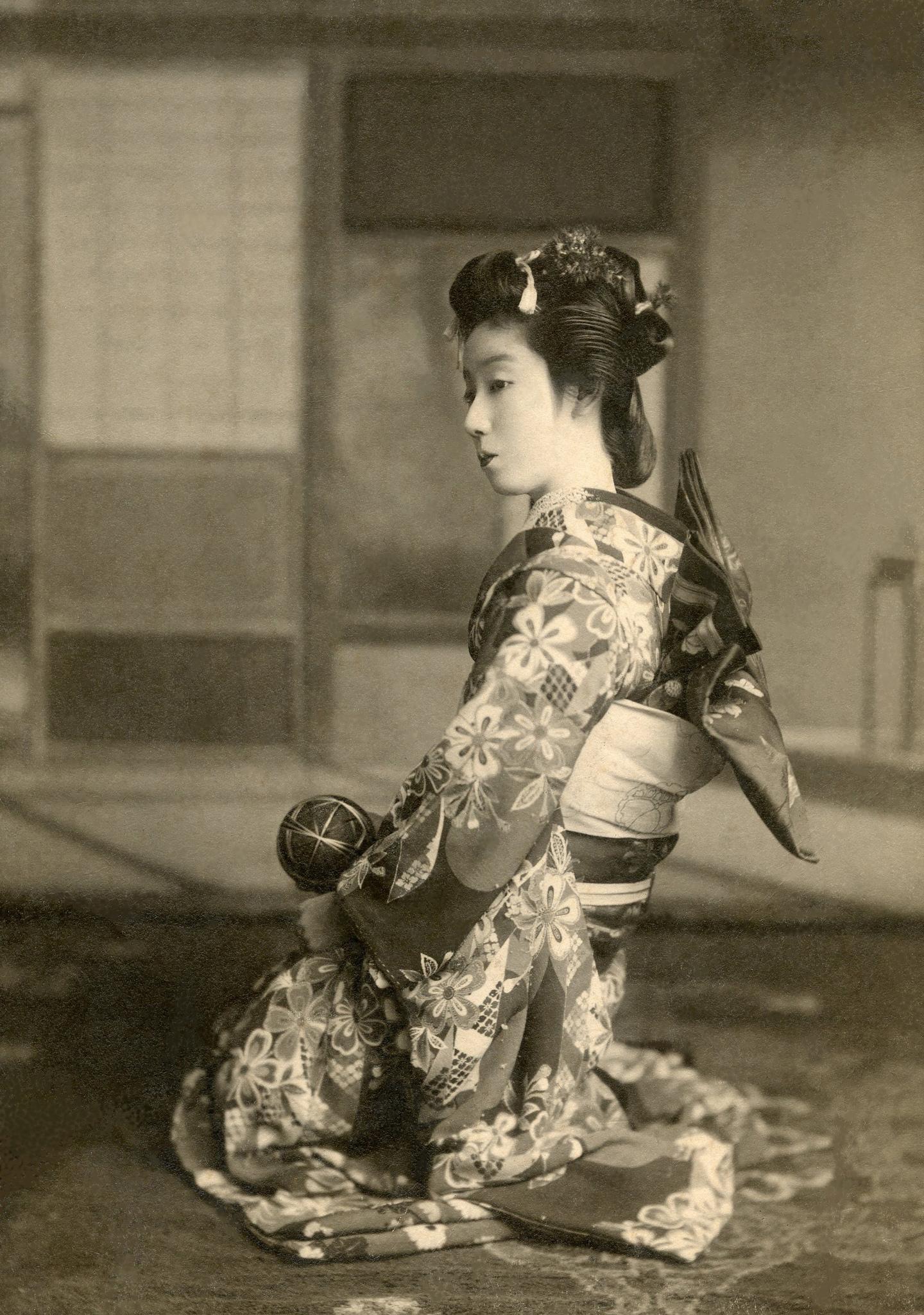 An Osaka Maiko with a Temari Ball 1910, photo courtesy of Blue Ruin/flickr.com