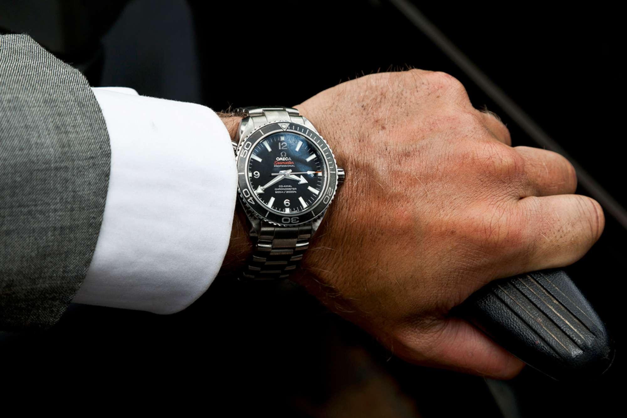 Daniel Craig in SKYFALL wearing OMEGA Seamaster_3-2000