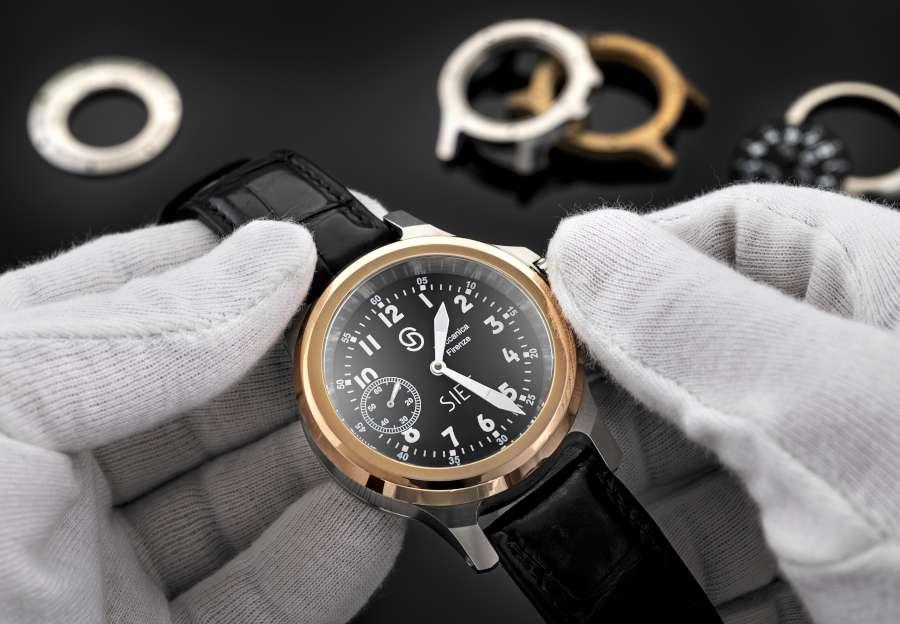 orologio aviatore SIET in mano